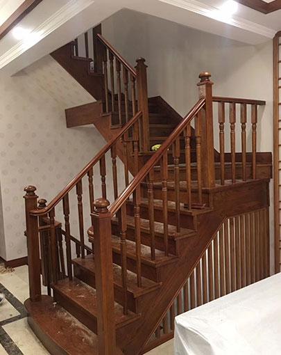 别墅实木楼梯安装