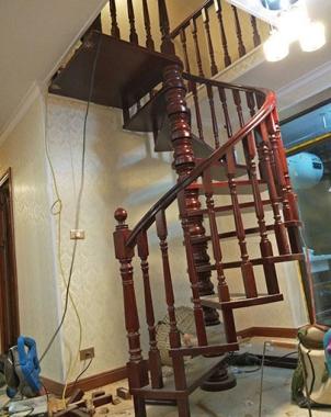 复式旋转实木楼梯